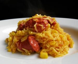 Arroz amarillo con chorizo y maíz